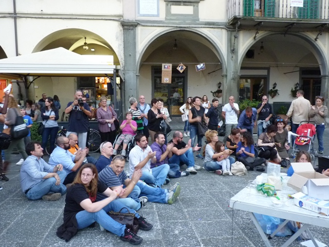 Il flash mob 'All you need is love' (foto gonews.it)