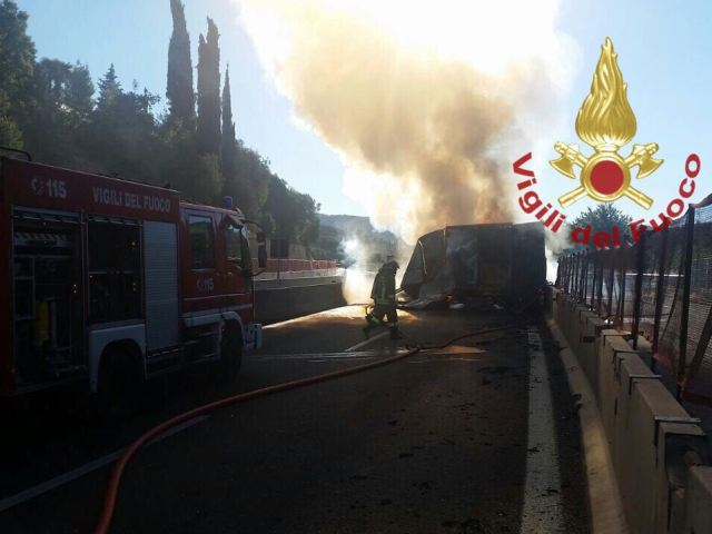 Firenze, camion in fiamme su A1. A Frosinone un morto in incidente
