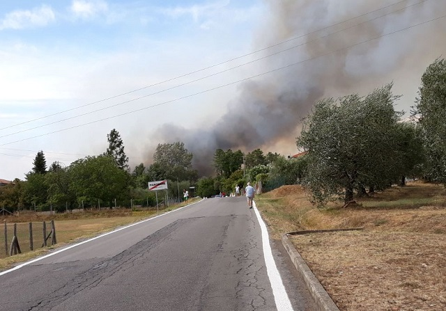Fiamme in Lucchesia, stop treni
