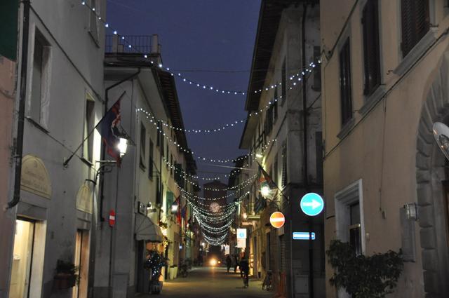 Il centro storico di Castelfranco illuminato in occasione delle festività natalizie (foto gonews.it)