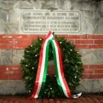 Una corona di alloro al monumento di via IV Novembre a Empoli