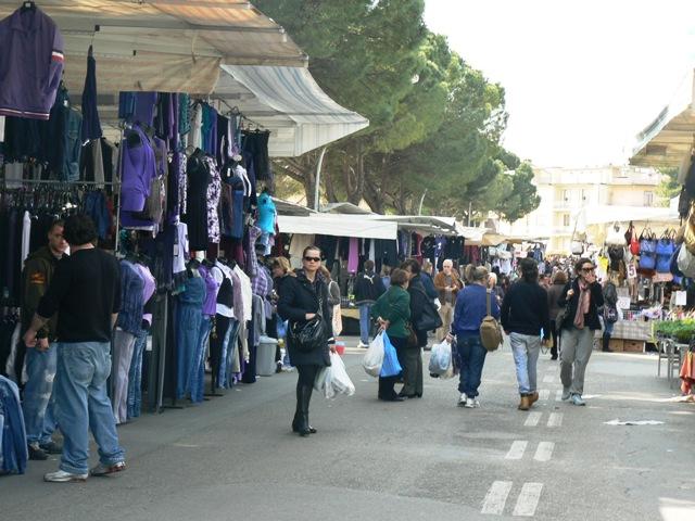 Polizia al mercato di Serravalle, decreto di espulsione per 19enne parcheggiatore abusivo