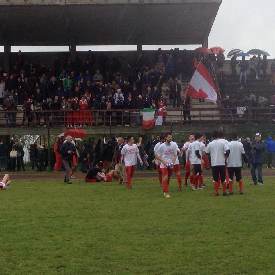 I giocatori della Cuoiopelli festeggiano a fine partita sotto la tribuna