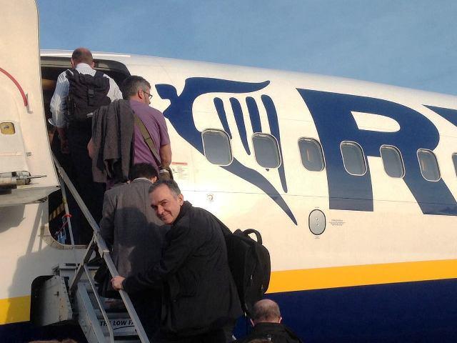 Enrico Rossi in partenza per Bruxelles (da facebook)