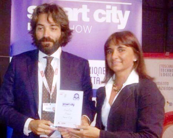 L'assessore Antonio Ponzo riceve il premio da Sara Biagiotti, sindaco di Sesto Fiorentino