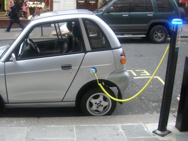 Una colonnina per la ricarica dei veicoli elettrici in funzione