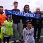 Daniele Rugani, Fabio Serrozzi, gli operatori e alcui giocatori del camcio sociale (foto gonews.it)
