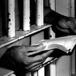 detenuto_sbarre_carcere_libro