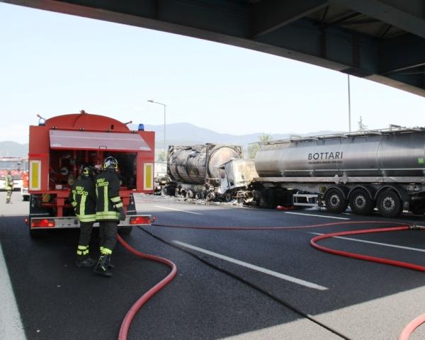 In fiamme tir che trasporta cartone lungo l'autostrada A1
