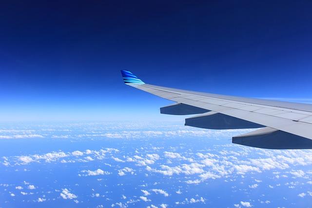 Paura sul volo Londra-Pisa, giovane tenta di aprire il portellone dell'aereo