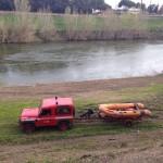 I vigili del fuoco sull'argine dell'Arno, 28 marzo 2016 (foto gonews.it)