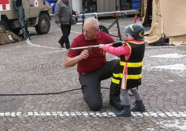 vigili_del_fuoco_pompiere_bambino_festa_lavoro_pisa_2016_04_30