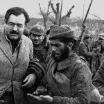 Ernest Hemingway al fronte insieme a un soldato repubblicano