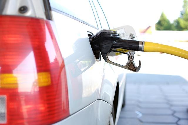 Ruba un'auto e va a far benzina dal proprietario