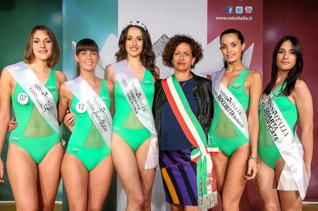Le miss premiate con il sindaco Angela Bagni