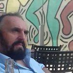 Andrea Buscemi di fronte a Tuttomondo di Keith Haring