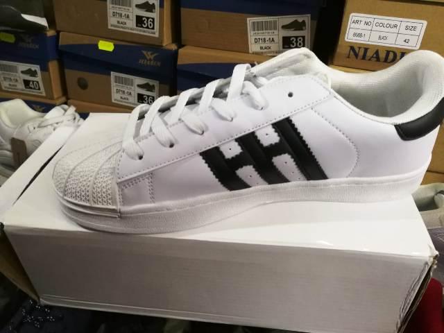 Lotta alla contraffazione: duemila paia di Adidas e Nike