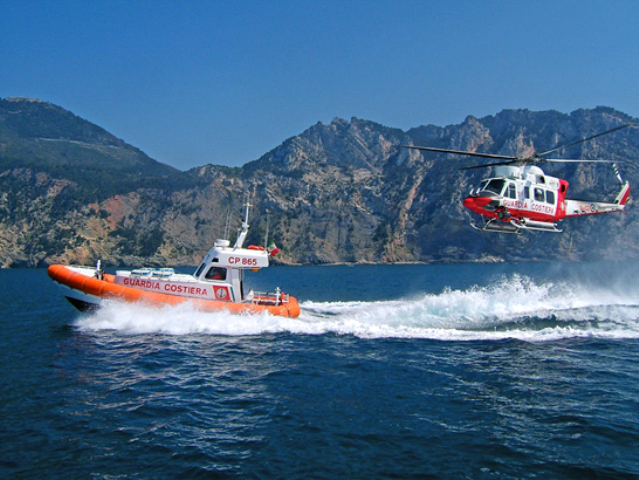 Peschereccio affonda al porto di Livorno, salvati tre naufraghi