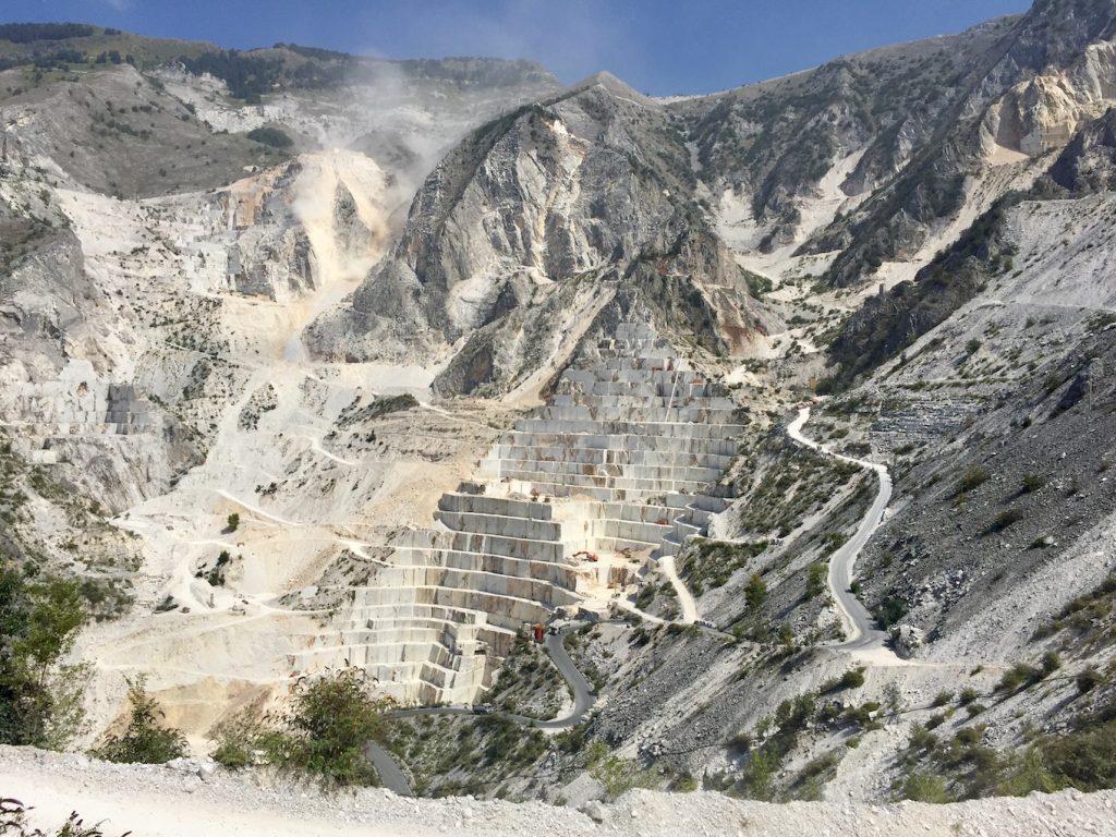 Antropocene la distruzione delle Alpi Apuane