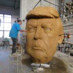 Fabrizio Galli modella la caricatura di Trump per il suo carro del carnevale di viareggio 2019