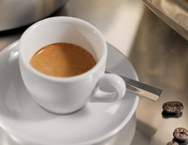 Compravano e rivendevano caffè a nero, nei guai dieci bar del Senese