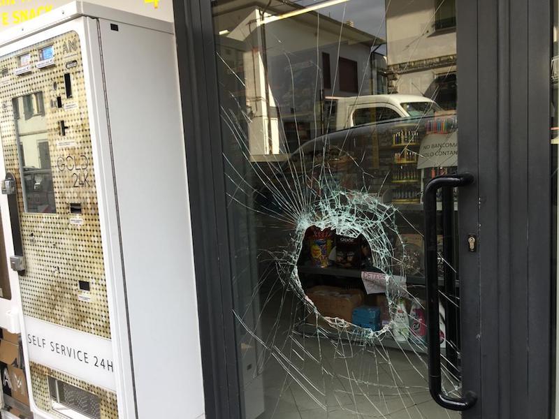 Il foro nel vetro della porta, attraverso cui il ladro ha fatto irruzione (foto Gonews.it)