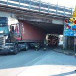 camion_incastrato_chiesina_uzzanese_vigili_del_fuoco_2018_11_28