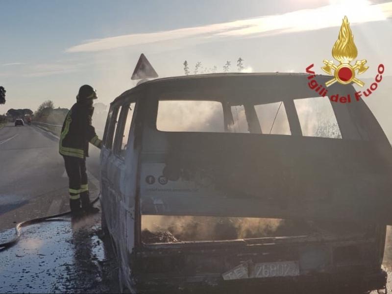 Vecchio furgone prende fuoco a Bientina