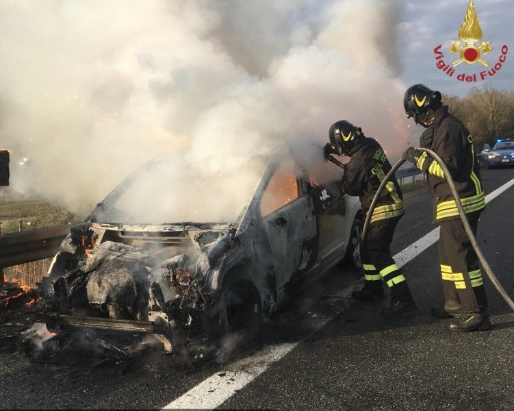 Auto in fiamme in autostrada, salva la famiglia