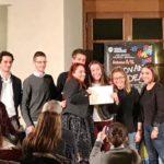 Ludovica Ferruzzi insieme alla sua professoressa Rossella Fabiani e alla giuria del premio