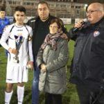 Il direttore organizzativo dell'Fc Ponsacco 1920 Fabio Taccola, il responsabile del settore giovanile Riccardo Lensi e la signora Franca Bini, moglie di Maris Terreni, premiano il capitano della Pistoiese, formazione prima classificata.