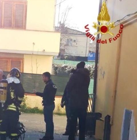 Incendio in casa persona si butta dalla finestra c 39 - Si butta dalla finestra milano ...