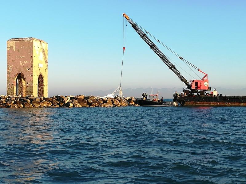 Secche della Meloria, rimosso il relitto della barca affondata lo scorso gennaio
