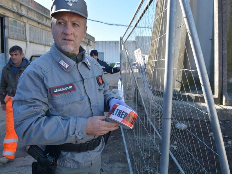 Rifiuti pericolosi e fanghi maleodoranti, sequestrata ex area industriale a Campi