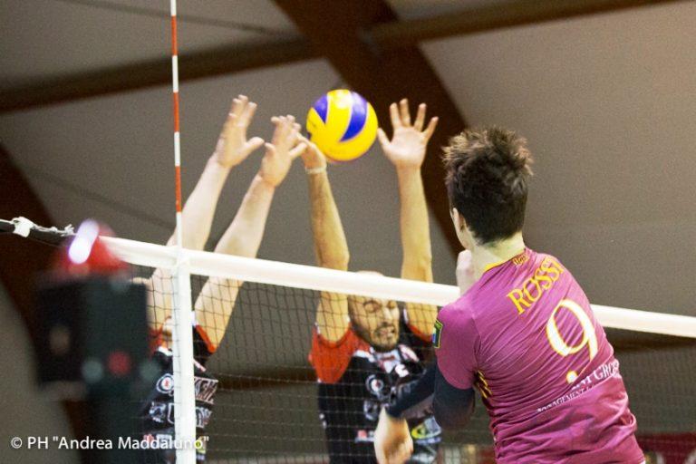 Nella foto ufficio stampa Roma Volley, un bell'attacco di Rossi contro il muro santacrocese