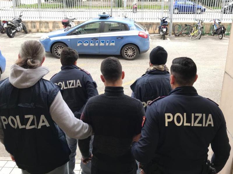 polizia_lucca_arresto_mattone_poliziotto2