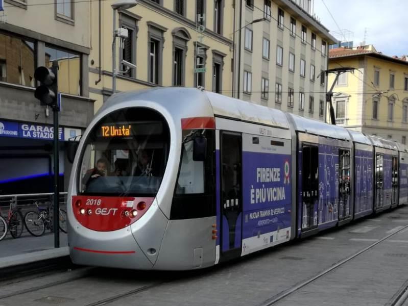 Il tram con a bordo il Presidente della Repubblica Sergio Mattarella (foto gonews.it)