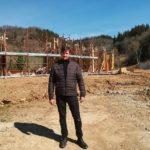 l'assessore Roberto Ciappi davanti al cantiere della nuova scuola di Bargino