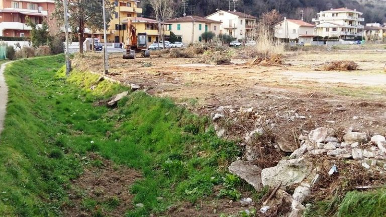 Rio che costeggia via San Biagio, zona Castellina, e l'area ex Copart di via Salani, a Limite sull'Arno