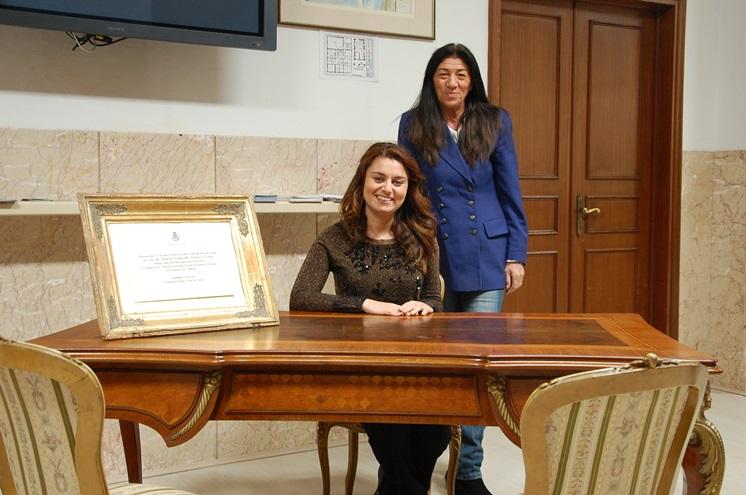 La scrivania 'presidenziale' esposta in municipio a Cascina