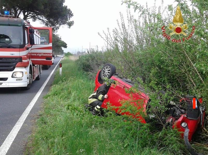 Si ribalta con l'auto e finisce fuori strada, incidente a Coltano