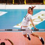 Nella foto di Veronica Gentile, Lyutskanov in volo per attaccare un pallone