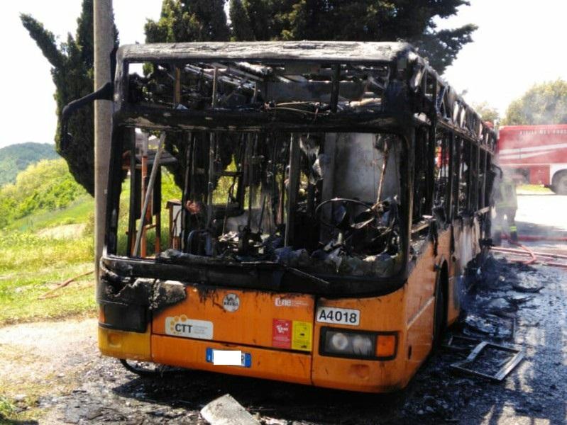 Bus in fiamme a Livorno, salva la sola passeggera