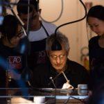 Gio Carbone Presidente della Scuola LAO Le Arti Orafe con alcuni studenti