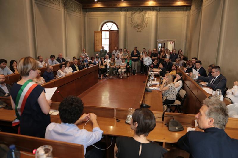 Consiglio comunale a Empoli, il giuramento di Barnini. Mantellassi presidente
