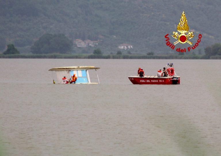 lago_massaciuccoli_soccorso_vdf_catamarano_ribaltato_1