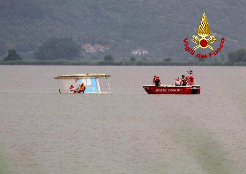 Catamarano ribaltato a Torre del Lago, salvati i due passeggeri