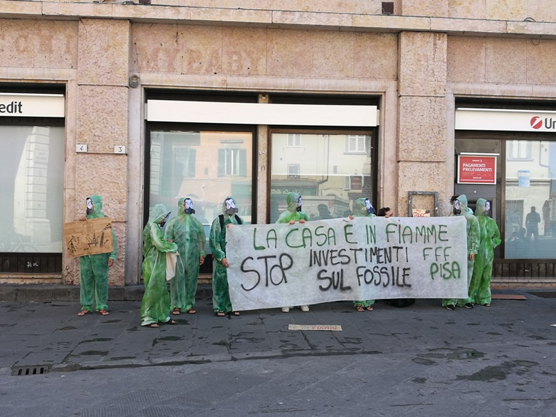 "Fridays for Future Pisa, azione davanti a Unicredit: ""La casa è in fiamme!"""