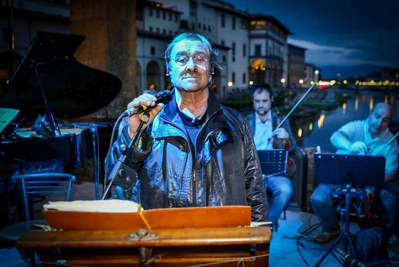 Lucio Dalla nella chiesa di Santo Stefano al Ponte Vecchio in occasione dell'apertura di 'Genio fiorentino'.