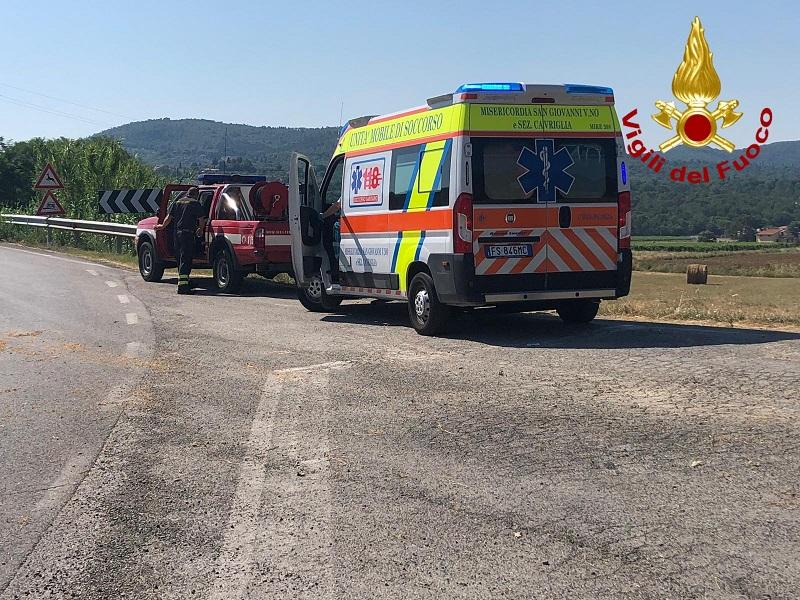 Incidente tra camioncino e moto, il centauro va in arresto cardiaco: salvato da 118 e vigili del fuoco